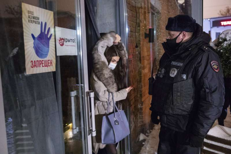 莫斯科一處酒吧違反了夜間11時打烊的禁令,遭到警方派員突擊檢查。(美聯社)