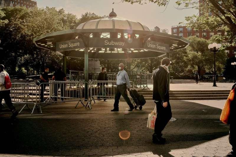 6月8日,紐約市解除封鎖後不久,行人走在聯合廣場地鐵站附近。(VICTOR LLORENTE FOR THE WALL STREET JOURNAL)