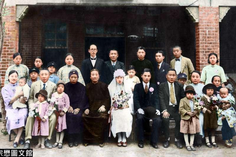日治時期推動同化政策,但仍有精英階層的台灣家族堅決穿著漢服,實行文化抗日。(圖/徐宗懋圖文館提供)