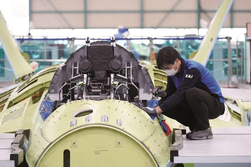南韓新世代戰機KF-X的原型機正在進行組裝作業。(南韓國防部)