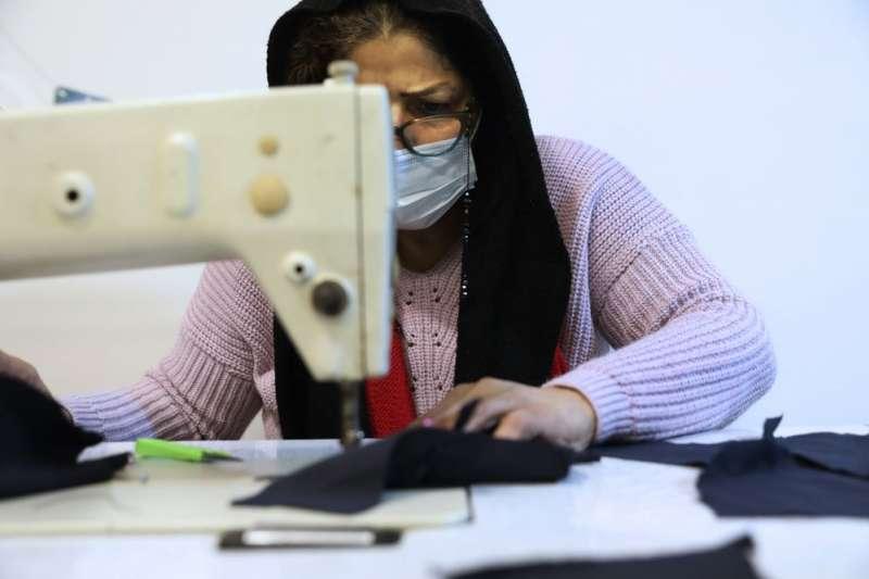 婦女團體「信仰」裡的沙司堤正在製作布口罩(美聯社)