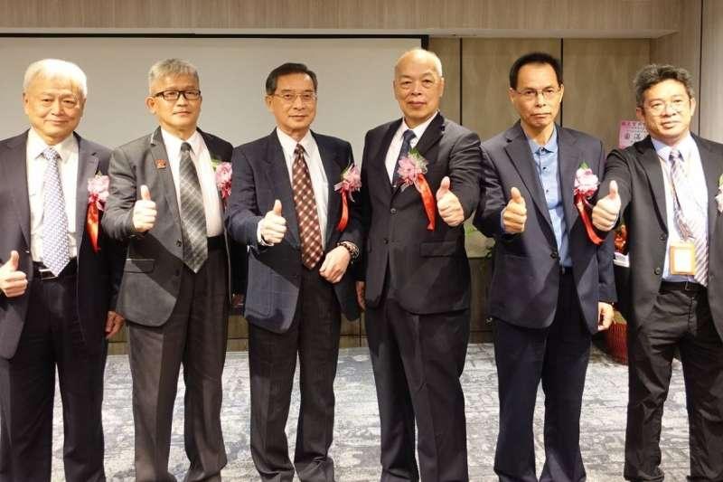 見智科技董事長陸迺斌(右三)於簽約儀式後與貴賓們合影,預祝合作順利成功。(圖/見智科技提供)