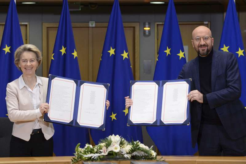 英國脫歐:2020年12月30日,歐盟執行委員會主席馮德萊恩(左)和歐洲理事會主席米歇爾分簽署歐盟與英國貿易與合作協議。