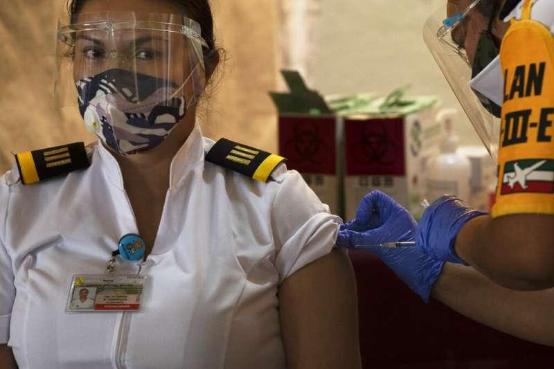 墨西哥一位女性軍官正在接受新冠疫苗注射。(美聯社)