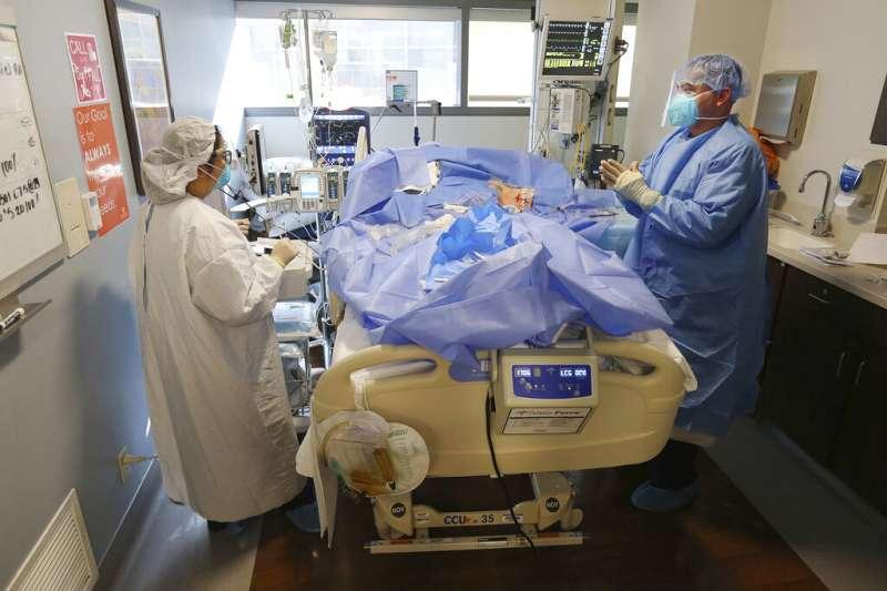 美國的新冠疫情一直沒有趨緩跡象,使得身處最前線的醫療人員承受莫大壓力。(美聯社)