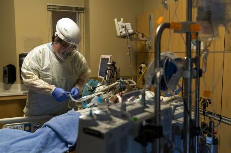 美國的新冠疫情始終沒有好轉跡象,讓最前線的醫療人員承受莫大壓力。圖為洛杉磯的聖十字醫療中心加護病房。(美聯社)