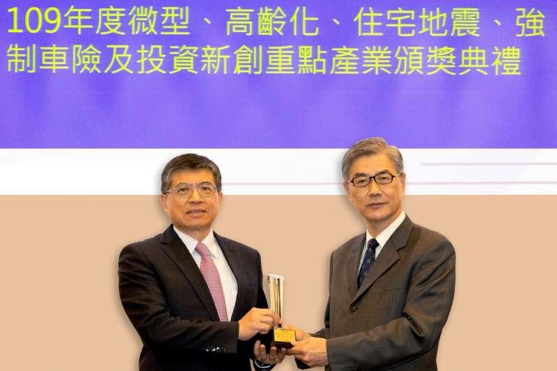 新光落實ESG獲主管機關肯定,新光人壽總經理黃敏義(左)代表接受金管會主委黃天牧頒發「109年度微型保險競賽-績效卓著獎」。(圖/新光人壽)