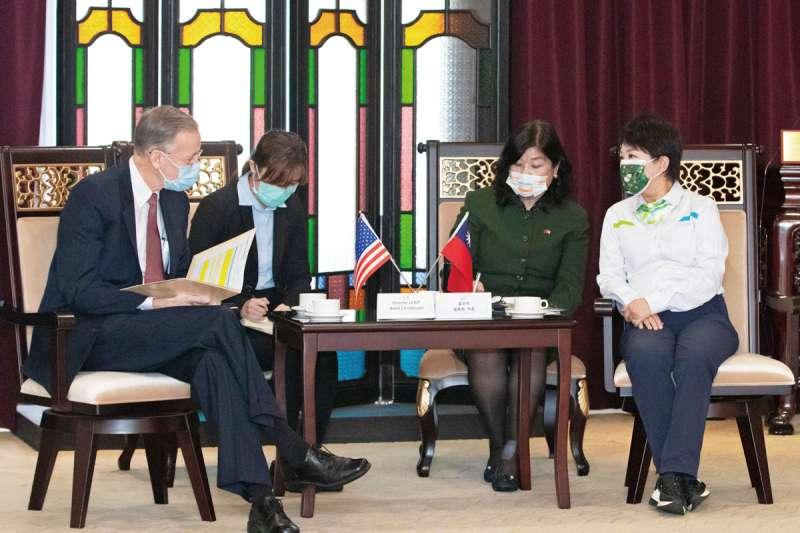 台中市長盧秀燕(右一)日前會晤美國在台協會處長酈英傑(左一)時,當面向其表達反對萊豬立場,遭民進黨批評「外交突襲」。(資料照,台中市政府提供)