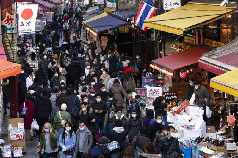 2020年12月31日,東京鬧區的購物人潮。(美聯社)