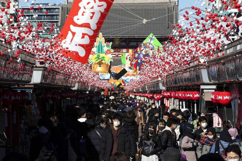 2020年12月31日,東京淺草寺商店街的購物人潮。(美聯社)