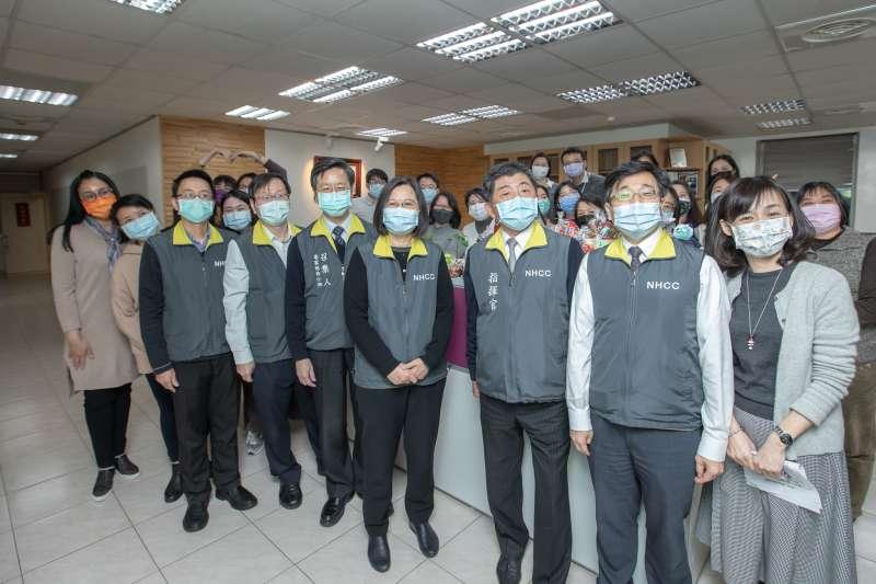 總統蔡英文(見圖)31日下午前往衛生福利部疾病管制署,慰勉「中央流行疫情指揮中心」同仁。(取自總統府flickr)