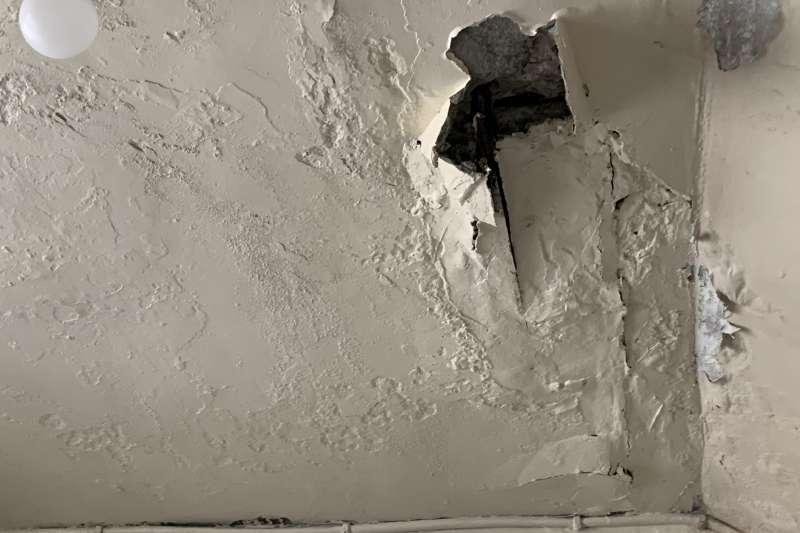 房子無論年分皆有可能發生漏水而導致「壁癌」,不僅牆面斑駁痕跡破壞空間美觀,長期下來也可能對人體有害。(新新聞資料照)