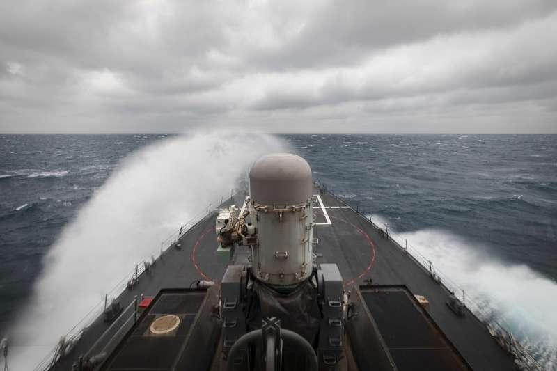美軍驅逐艦馬侃號(USS John S. McCain)通過台灣海峽。(美國海軍官網)