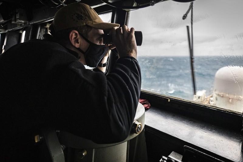 美軍驅逐艦馬侃號(USS John S. McCain)30日通過台灣海峽,格雷森・西格勒少校在艦橋觀看海面動態。(美國海軍官網)