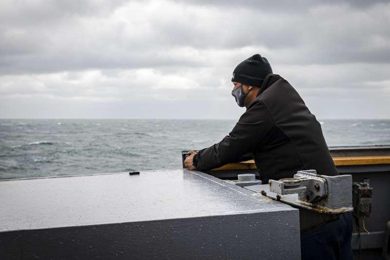 美軍驅逐艦馬侃號(USS John S. McCain)30日通過台灣海峽,指揮官Ryan T.Easterday在艦上眺望遠方。(美國海軍官網)