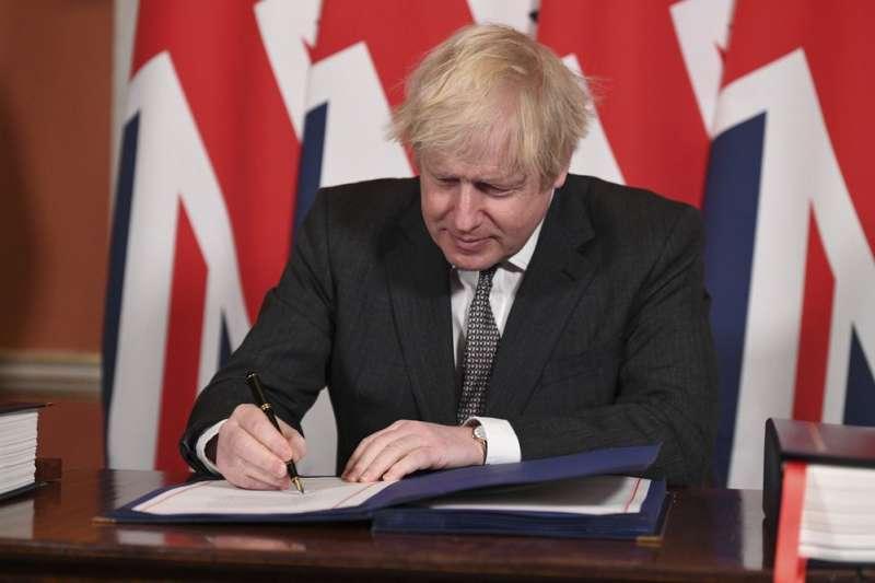 2020年12月31日,英國正式脫離歐盟,英國首相強森簽署英歐貿易協議。(AP)