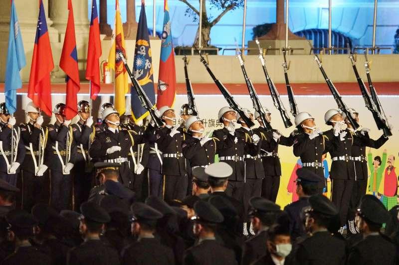 20210101-總統府元旦升旗於1日舉行,圖為國軍儀隊表演。(盧逸峰攝)
