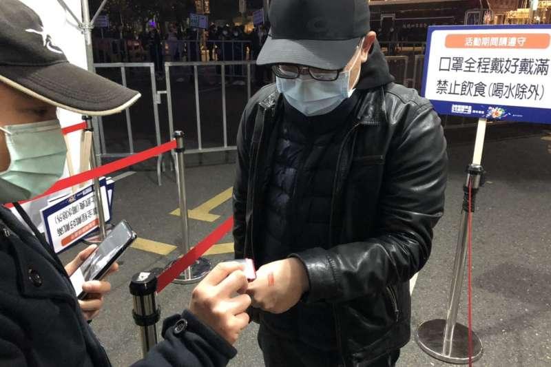 20210101-台北跨年晚會照常舉辦,現場依中央規定做好防疫管制,實施實(聯)名制、量測體溫等措施,民眾也都配合口罩戴好戴滿。(台北市政府提供)