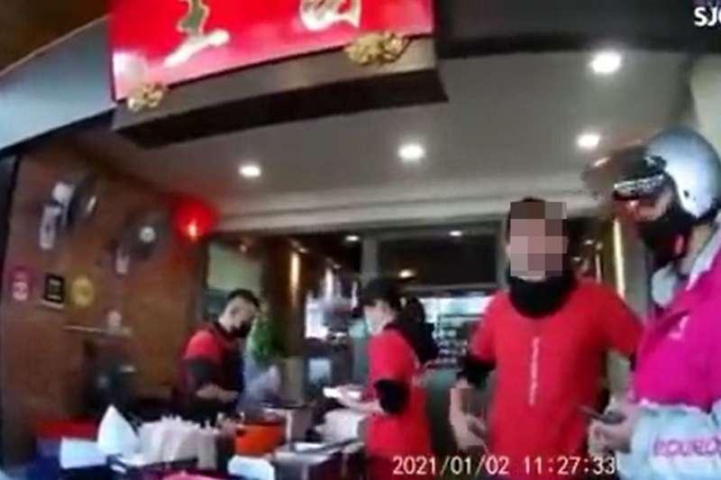 一名foodpanda女外送員遭台中一間鴨肉店辱罵憤而提告,foodpanda也宣布終止與店家的合作關係。(圖/擷取自臉書)