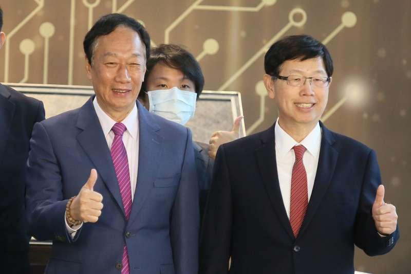 20210104-鴻海集團董事長劉揚偉(右)、鴻海集團創辦人郭台銘(左)。(柯承惠攝)