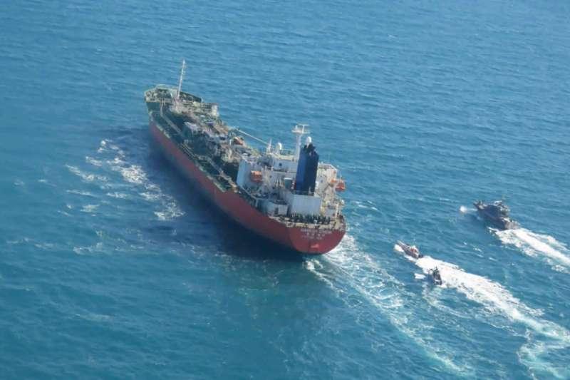 2021年1月4日,伊朗海軍在荷莫茲海峽扣押一艘南韓籍油輪(AP)