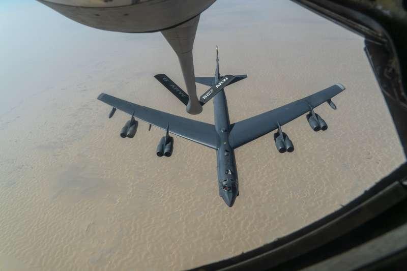 2020年12月30日,美軍B-52轟炸機飛越波斯灣,威懾世仇伊朗(AP)