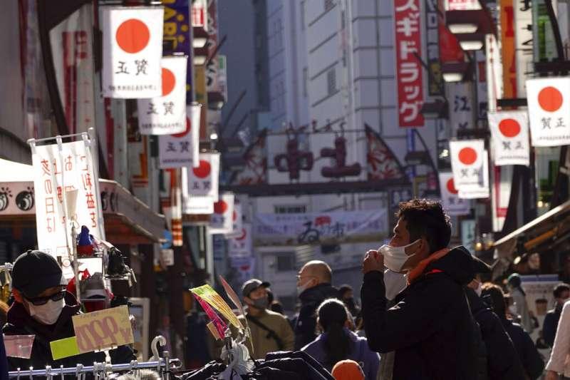日本東京鬧區的遊客。(美聯社)