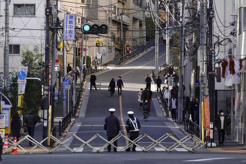 新冠疫情肆虐,日本當局加強防疫政策,但也讓遊民的處境更加艱難。(美聯社)