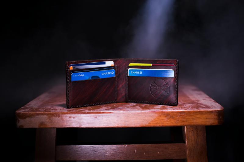 作者認為,除非每個月都把帳單全額繳清,否則不要使用信用卡,不然你到最後就要繳數百美元的利息。 (示意圖/unsplash)