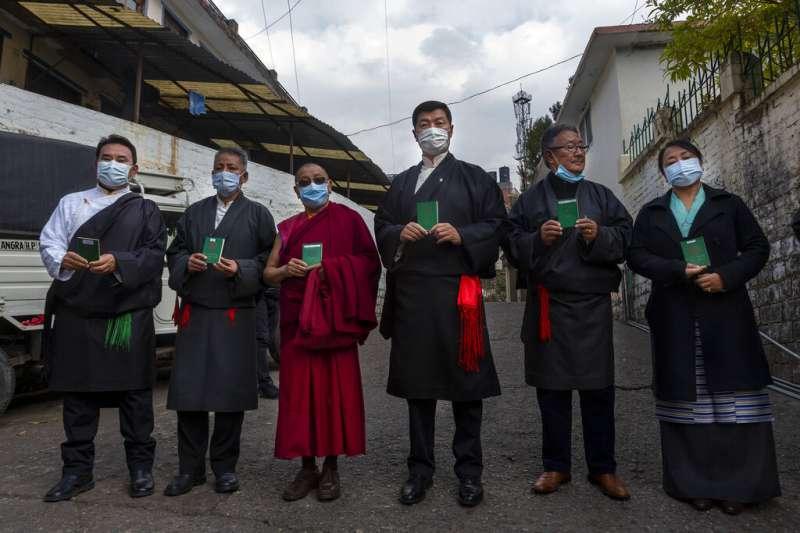 流亡藏人3日在印度舉行民主選舉,藏人中央政府司政洛桑森格(右三)也投下自己的神聖一票。(美聯社)