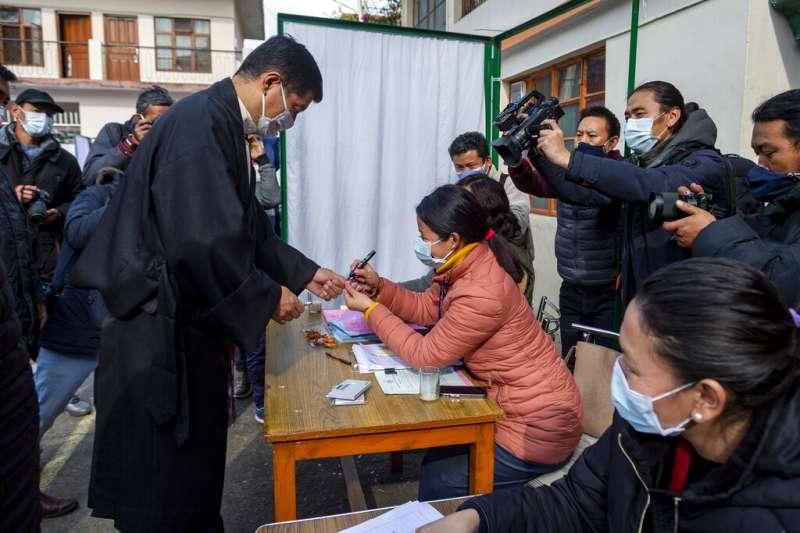 流亡藏人3日在印度舉行民主選舉,藏人中央政府司政洛桑森格也投下自己的神聖一票。(美聯社)