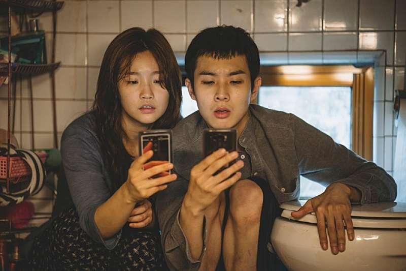 韓國電影《寄生上流》(기생충)拍出社會低下階層人物所受壓迫與悲哀。(圖/取自naver movie)
