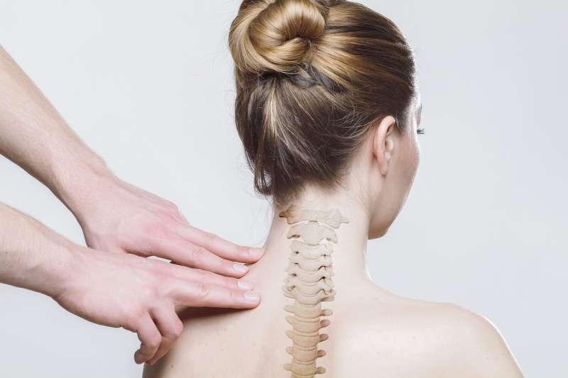 想知道自己有沒有脊椎側彎,只需要一個簡單動作就能自我檢測。(圖/取自Pixabay)