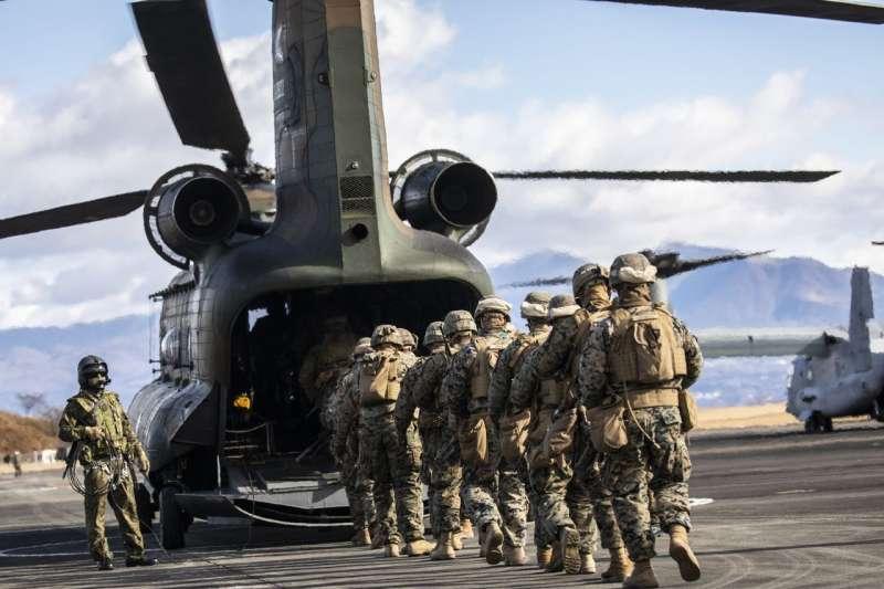 美國陸戰隊與日本自衛隊的士兵在一場聯合訓練中登上一架CH-47直升機。(SHIHO FUKADA FOR THE WALL STREET JOURNAL)
