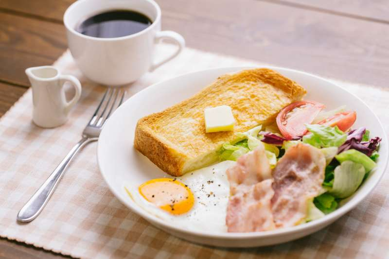 早餐到底要怎麼吃,才能健康又無負擔呢?其實可掌握「三有、一沒有」原則(圖/取自PAKUTASO)