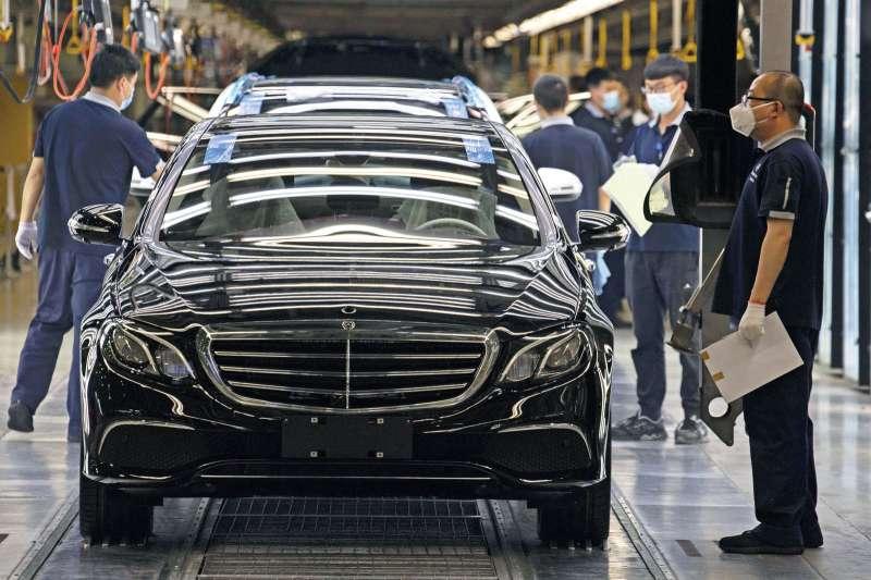 美國、日本、德國汽車工業近期因車用晶片缺貨而減產,3國透過外交管道向台灣求援。示意圖。(資料照,美聯社)