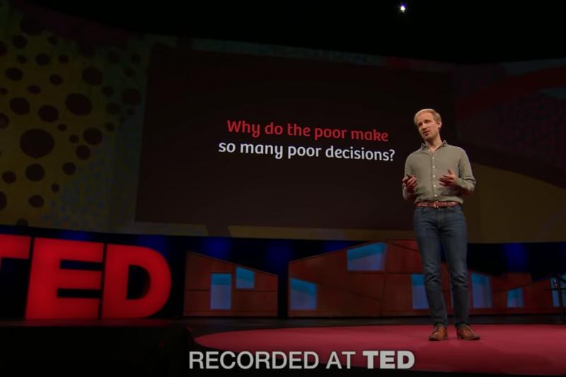 窮人會窮,全是自己造成的嗎?歷史學家羅格‧布雷格曼(Rutger Bregman)於Ted發表演講,道出貧窮的根本原因。(圖/截自TEDx Talks@YouTube)