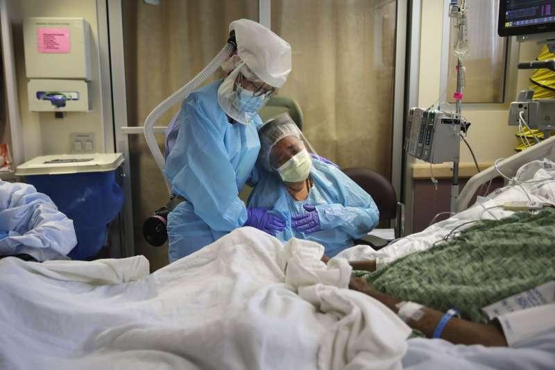 新冠疫情重創美國,使醫療體系的弊病逐漸浮上檯面。(美聯社)
