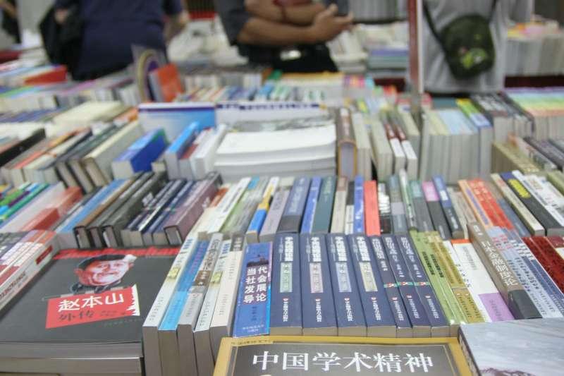 文化部指中國黨政軍出版品才需審查,但中國書籍書號掛的都是黨營出版社。(新新聞資料照)