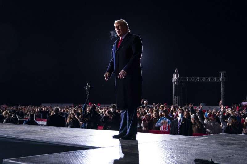 川普4日親赴喬治亞州,為共和黨籍參議員候選人羅夫勒、蒲度造勢。(美聯社)