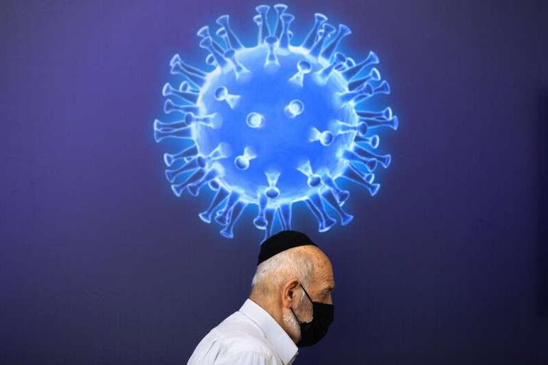新冠疫苗在世界各國陸續開打,是人類對抗新冠病毒一年來最重要的大事。圖為以色列特拉維夫疫苗接種中心的壁畫。(美聯社)