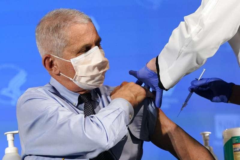 美國首席新冠疫情顧問佛奇去年12月22日接受新冠疫苗注射。(美聯社)