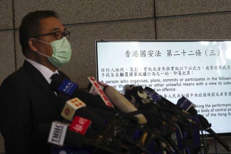 香港國安處高級警司李桂華6日召開記者會,證實當天出動超過千名警力,在全港逮捕53名疑犯。(美聯社)
