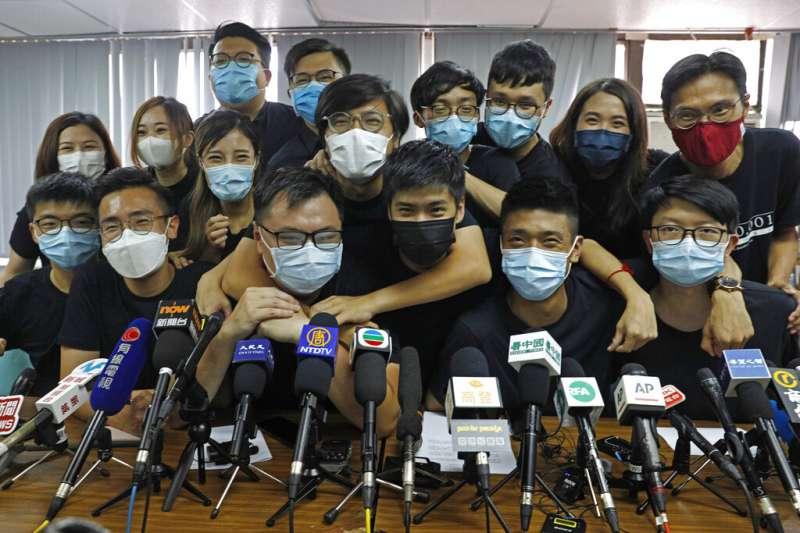 2020年7月,香港民主派自行舉辦初選,吸引61萬港人參與投票,積極參與抗爭的政治人物獲得壓倒性勝利。(美聯社)