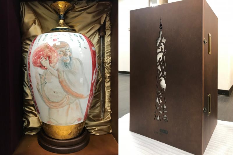 林鴻明擔任台北101董事長期間,曾邀請8位台灣知名藝術家手繪、臺華窯燒製202瓶台北 101 紀念酒瓶,其中16公升裝每瓶創下101萬元天價,引得名家爭相收藏。上圖為畫仙戚維義老師之作
