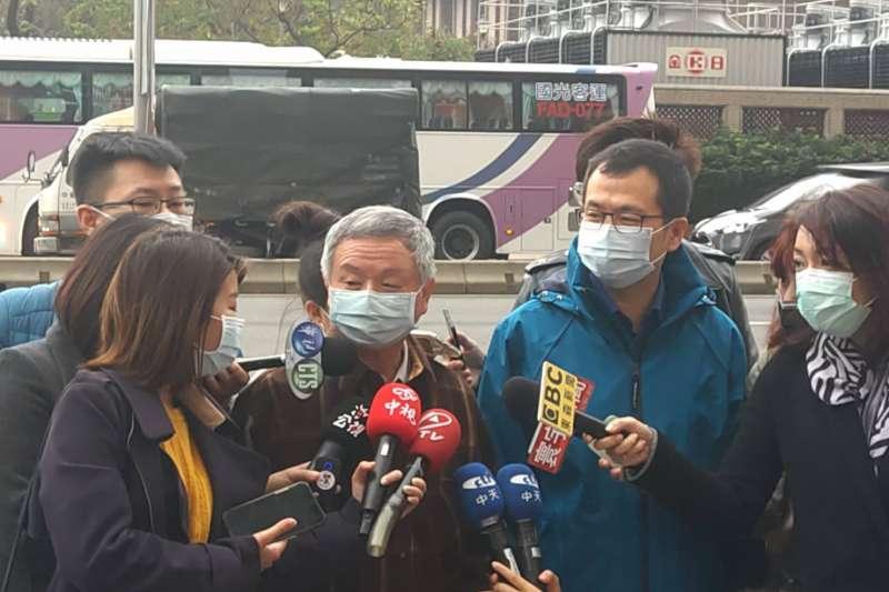 前衛生署長楊志良(左二)、台北市議員羅智強(左三)6日接受媒體訪問,並談及萊豬議題。(羅智強辦公室提供)