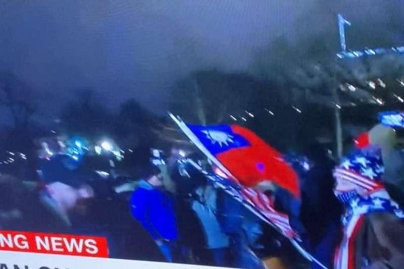 美國政府即將進行權力交接,豈料現任總統川普的支持者竟在6日攻入美國國會,造成5人死亡,暴動現場中還驚見我國國旗。(資料照,翻攝電視畫面)