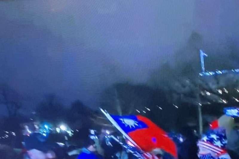 美國參眾兩院6日舉行特別聯席會議之際,總統川普支持者攻進國會大廈,欲阻止國會對選舉人票結果認證,新聞畫面中還出現有川普支持者拿著中華民國國旗攻進國會。(翻攝電視畫面)