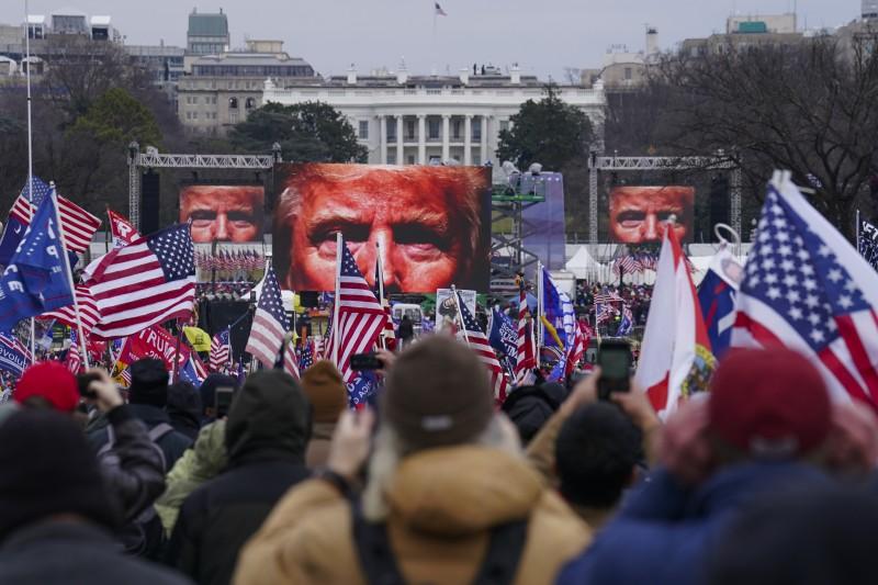 2021年1月6日,支持美國總統川普的暴民攻入國會山莊,與警方暴力衝突。(AP)