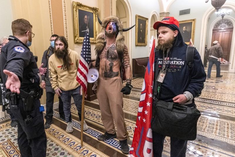 美國總統川普支持者6日衝入國會山莊,與警方發生衝突(美聯社)